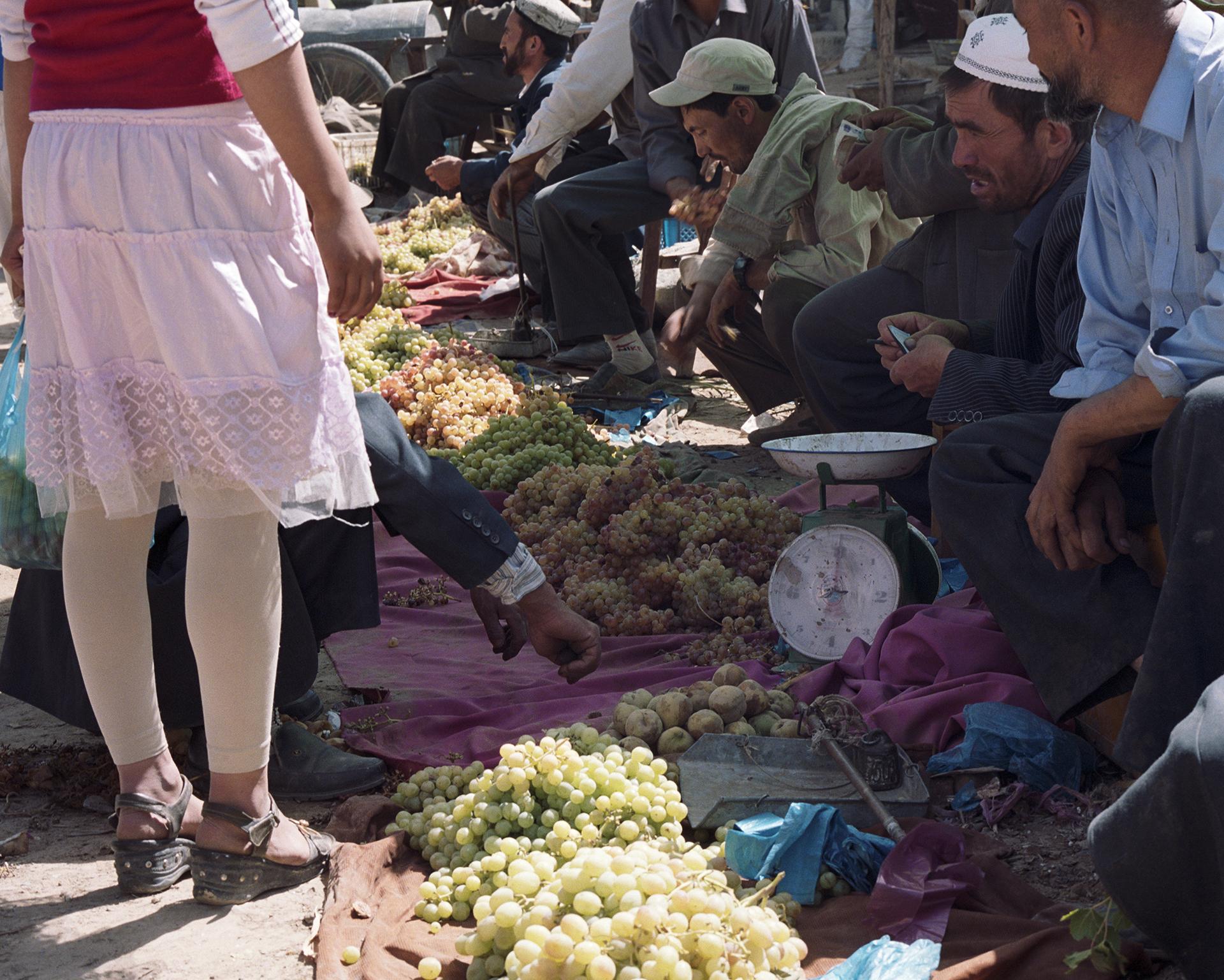 2007 Xinjiang - Kokyar grape market.