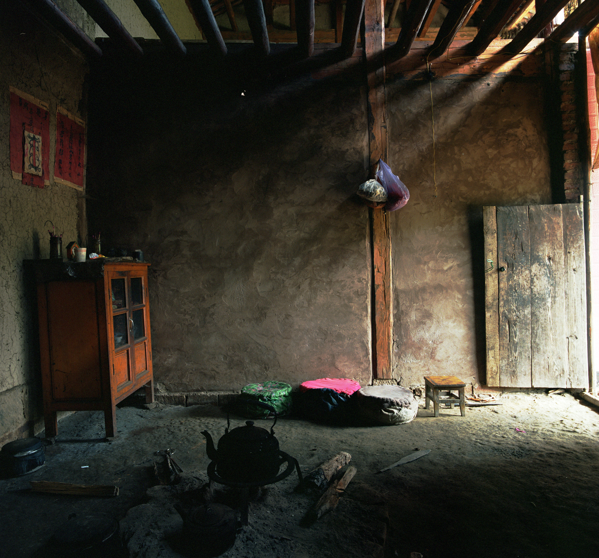 Yunnan 2008 - living room/kitchen in a Lezo village.