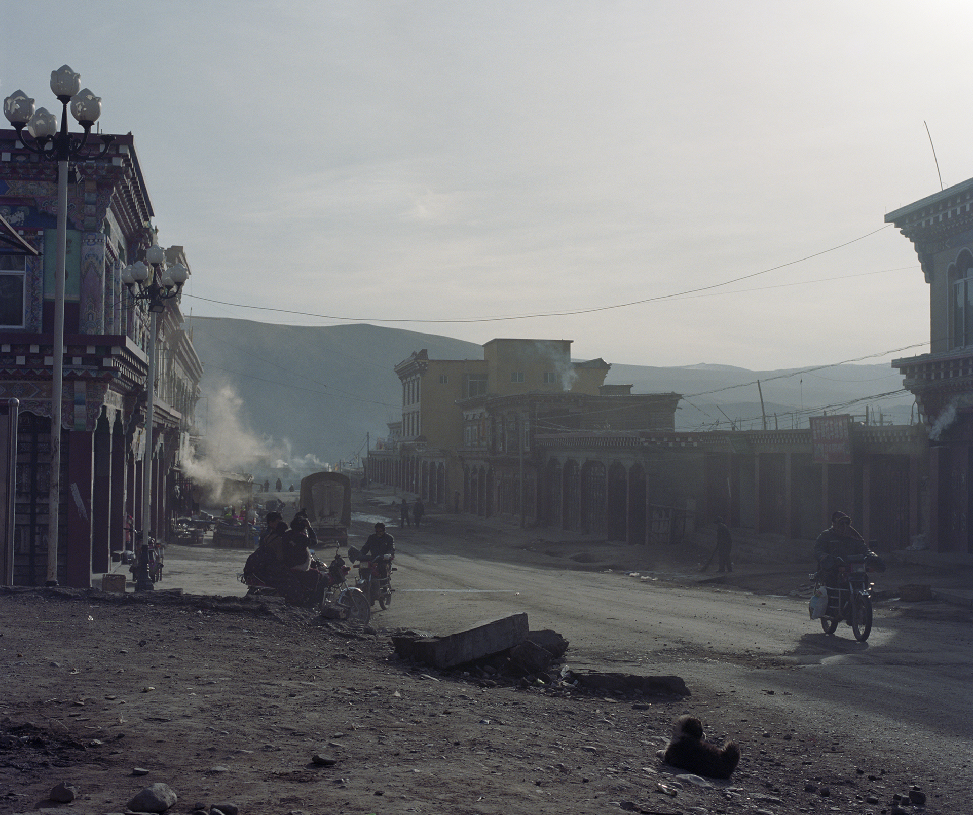2010, Maniggango - main street in the early morning light. It is freezing cold.