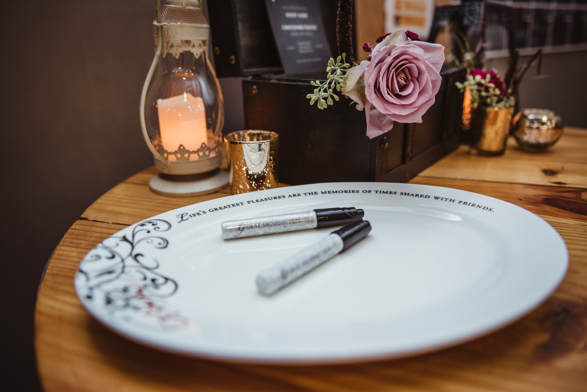instead-of-a-guestbook-the-wedding-guests-sign-a-plate.jpg