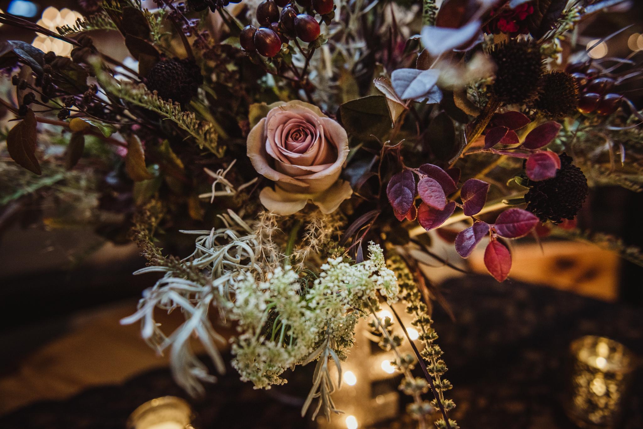 the-bridal-bouquet-looks-like-it-belongs-in-a-forest-in-the-fall.jpg
