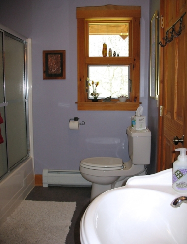 The full bath, shared with the Sunset Room