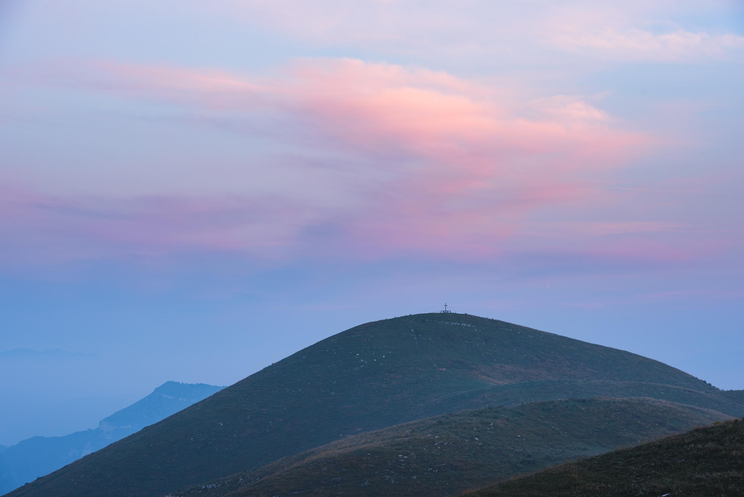 2018-08-11_Web_4888_Colourful sunrise over the hill.jpg