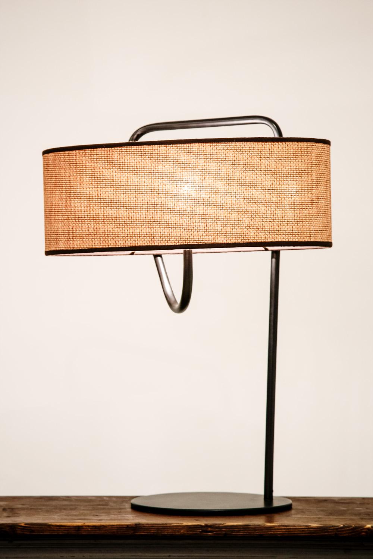 Lampe de table en métal cintré laqué, abat-jour en rafia