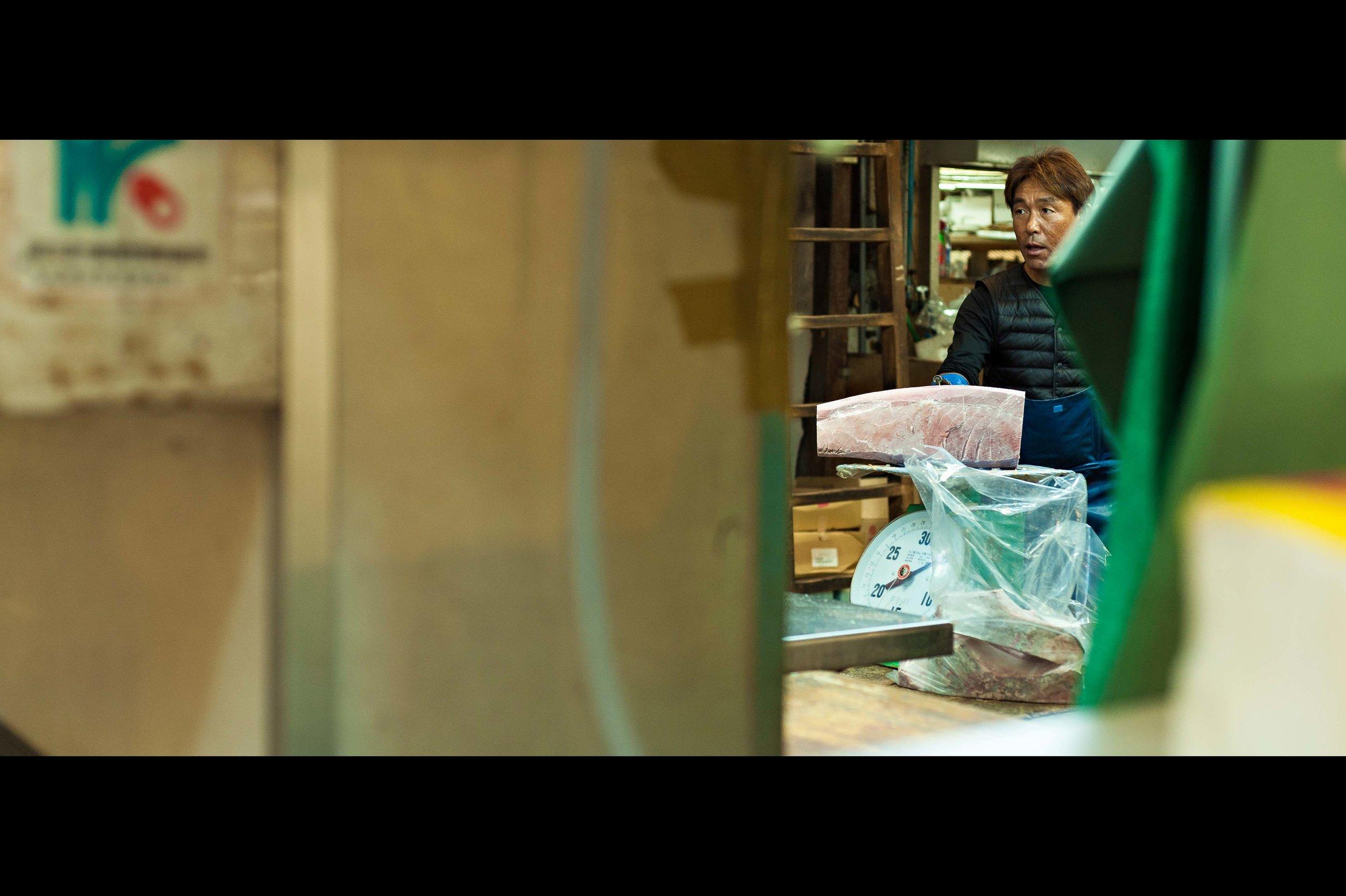 frozen-tuna-weighing-tsukiji.jpg