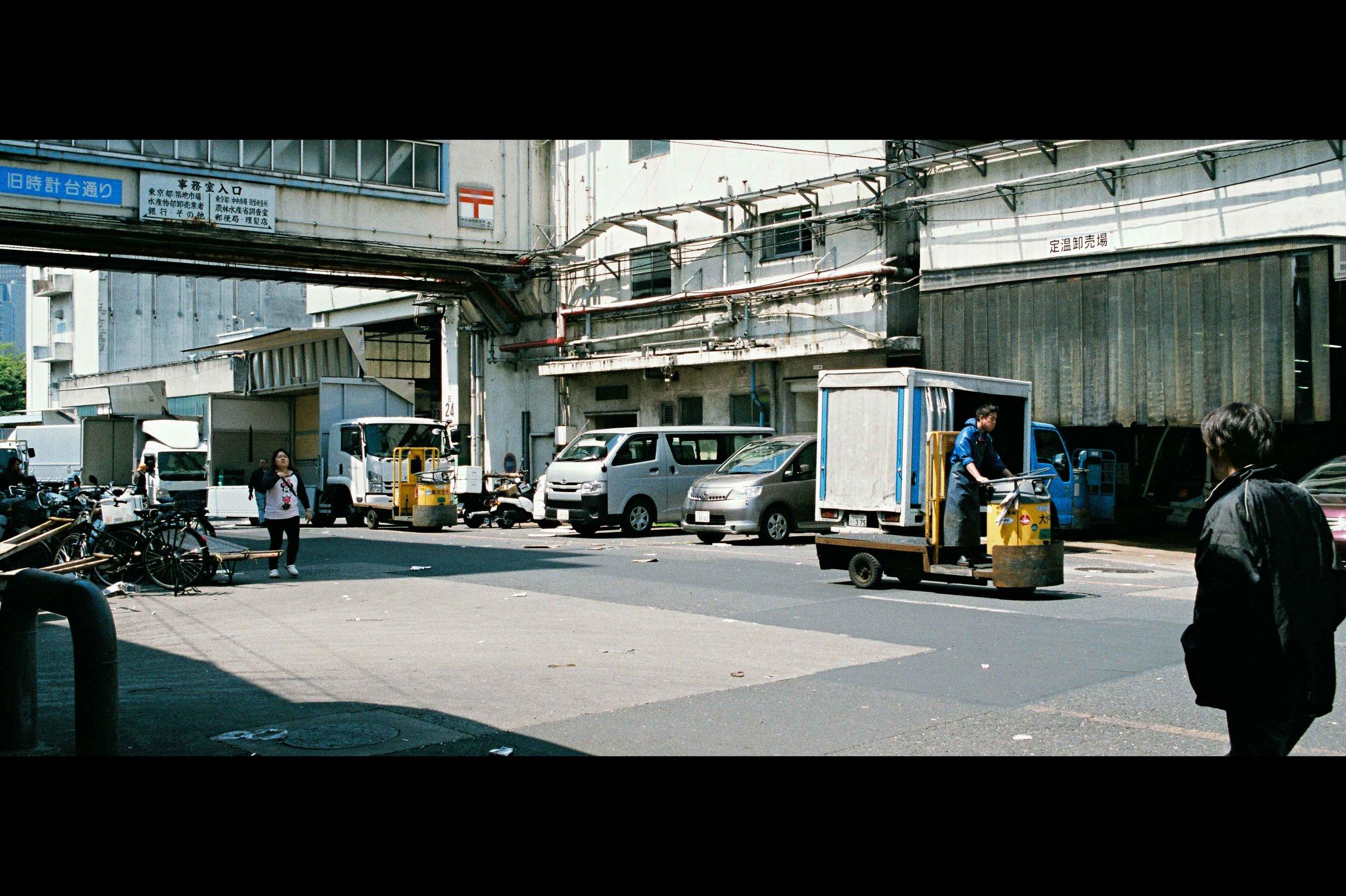 outside-tsukiji-walking-carts.jpg