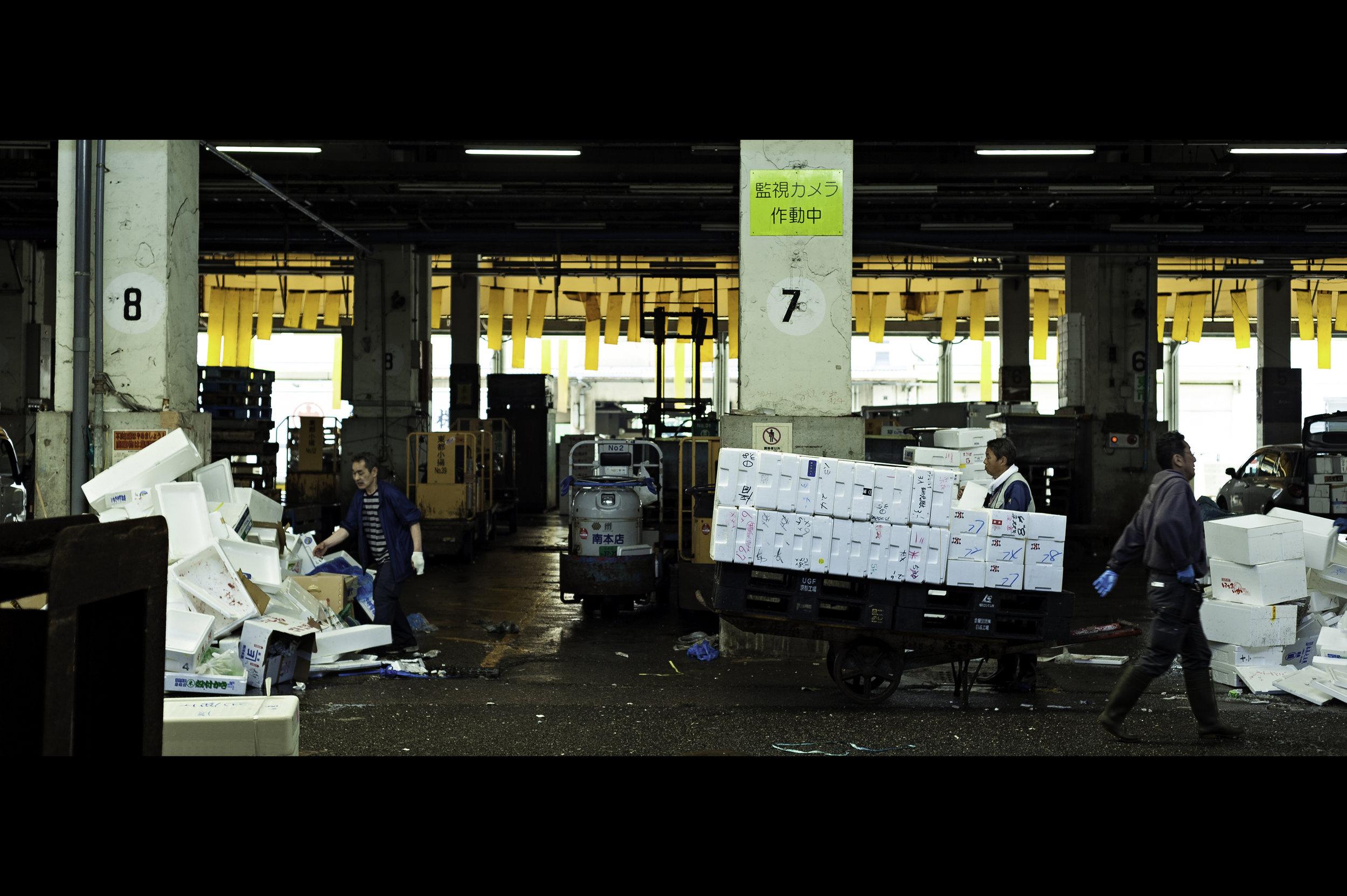 busy-messy-chaos-japan-tokyo-fish-market