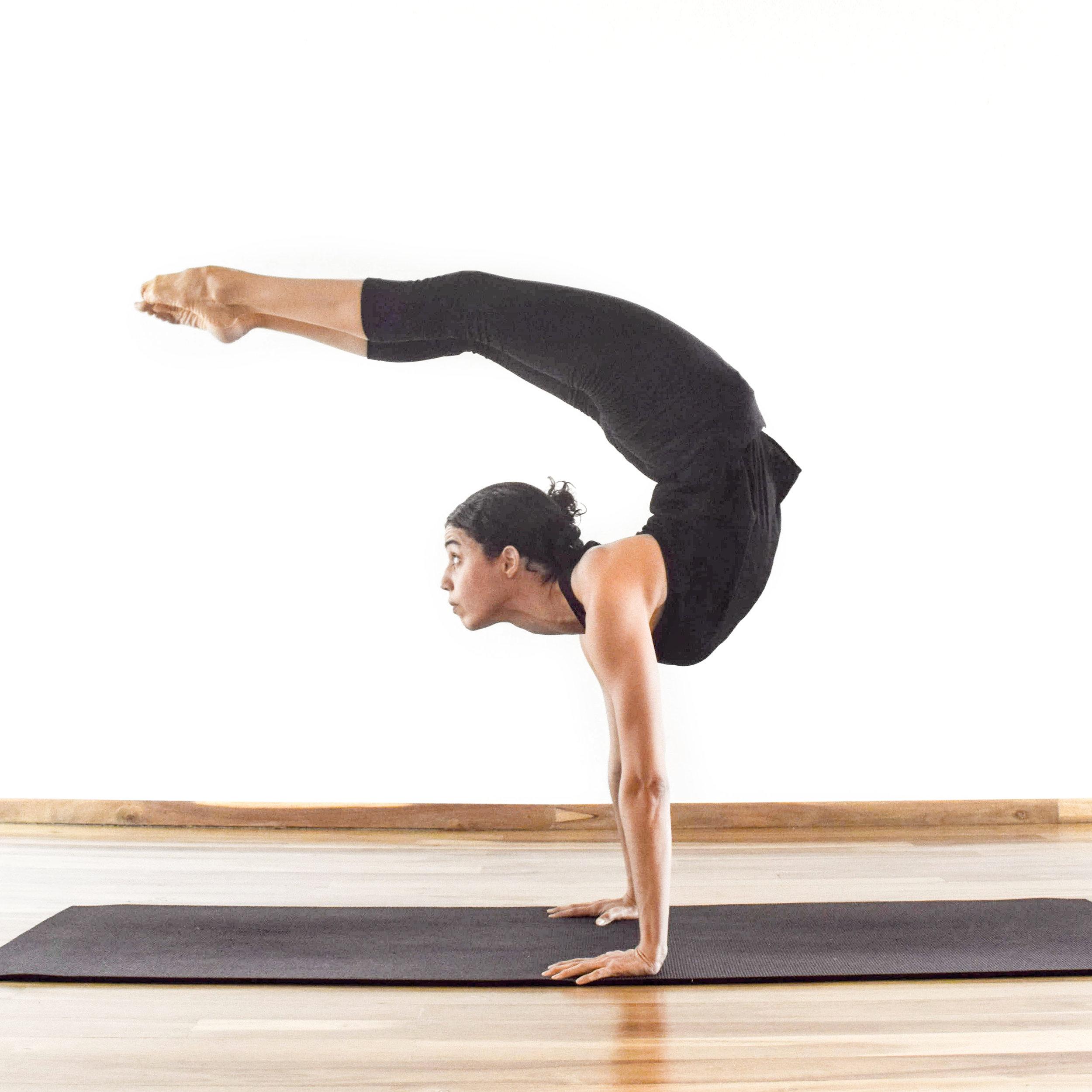 Claudia Peña   Inicia con la danza clásica,formando parte del Ballet Nacional Dominicano.Luego de graduarse de Mercadeo y Periodismo,surge su interés en el yoga como disciplina y estilo de vida. Vivió por seis meses en la comunidad de El Arte de Vivir en Canada, certificándose como instructora de Hatha yoga. Viaja a la India para certificarse como instructora de Ashtanga-Vinyasa con los requisitos de 300 horas por el Yoga Alliance. Obtiene una segunda certificación en Hatha Yoga por el Himalayan Institute. Además de haberse formado en los métodos de Vinyasa y Hot Yoga, tras haber participado en el coaching de Yoga to the People, tiene estudios en filosofía por la organización Nueva Acrópolis y Astrología Védica.