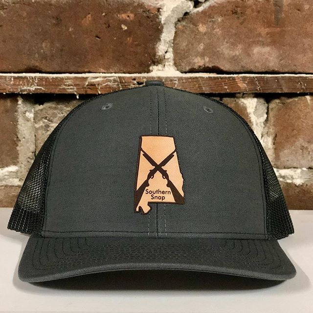 Has to be one of our new favorite hat! Our Alabama leather patch hat incorporates the state flag but with a twist! Tell us what you think about this hat! . . . . . #alabama #rolltide #auburn #leatherpatchhats #secondamendment #southernsnap #hunting #camo #alabamastateflag #southernsnap #snapofthesouth