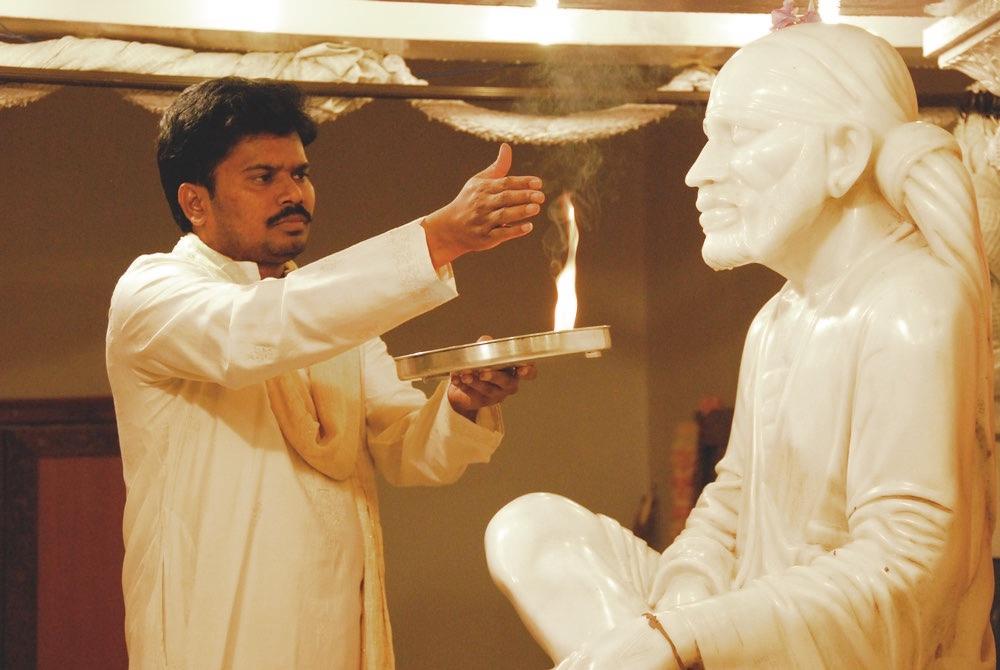 Sri Kaleshwar perfoming aarti to Baba