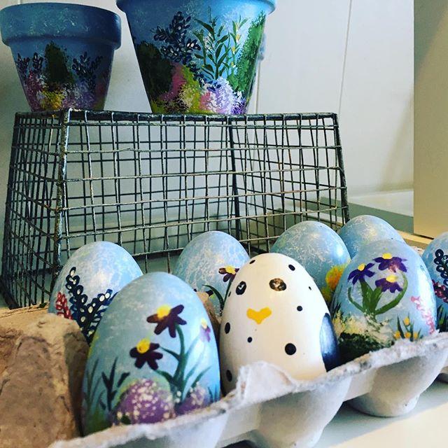 Easter is coming 🐣🐣💐💐 #eastereggs #decorativeeastereggs #paintthis #westernmassartist #westernmassart #littlechick #flowerpower🌸