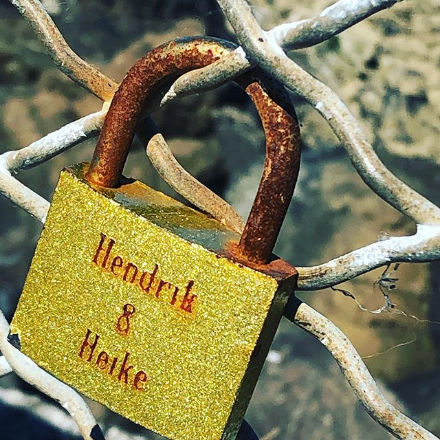 Do you know about #lovelocksseattle? Apparently, couples write their names on padlocks, lock them to a structure and throw away the key! You can #beinspiredbylove or place your own #lovelocks on the fence west of #marinationmaikai in #westseattle. #lovemakestheworldgoaround🌍 #experiencepnw #travelblogger #seattlebeaches #visitseattle #justmovedtoseattle #movingtoseattle