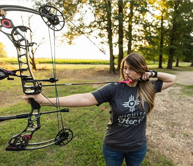 Who else is participating in @huntressview #AnArrowADay challenge? Our founder @courtney.ogden has been getting her shots in! 💪🏼🏹 . #arcHER #30arrows30days #HuntressView  #girlswhoshoot #sportswomenunited