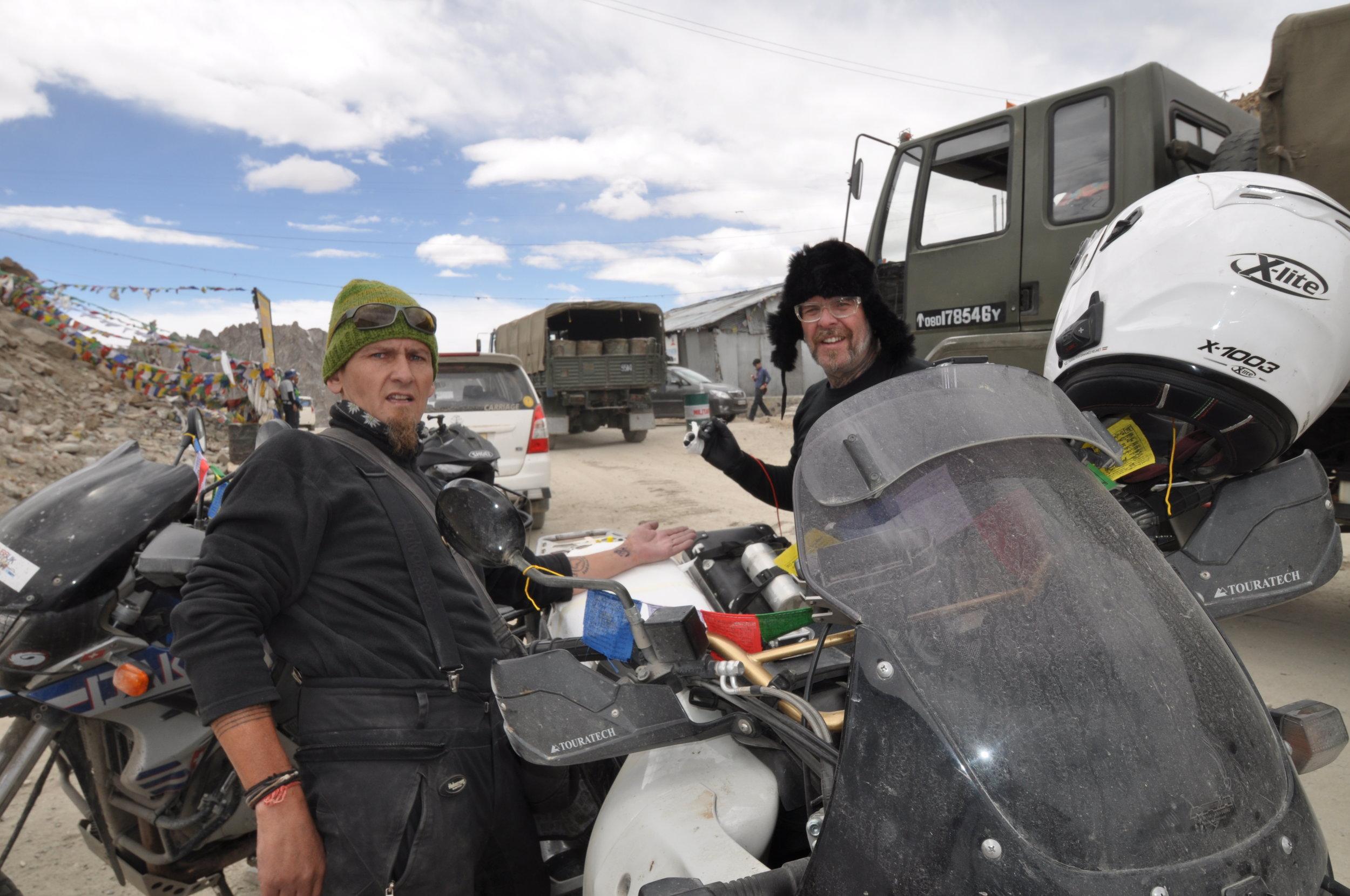 Die höchste elektrische Tätowierung jemals...Heiko Gantenberg tätowiert Dan Skeates in 5370m Höhe auf dem Kardung La-Himalaya Indien.JPG
