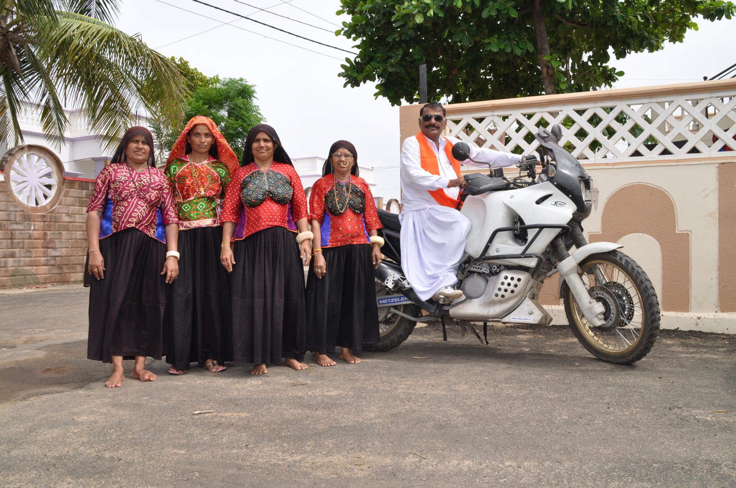 Der Minister für Soziales der indischen Provinz Gujarat-Vasnabai Ahir mit Frauen seiner Familie, stolz auf meinem Motorrad.JPG