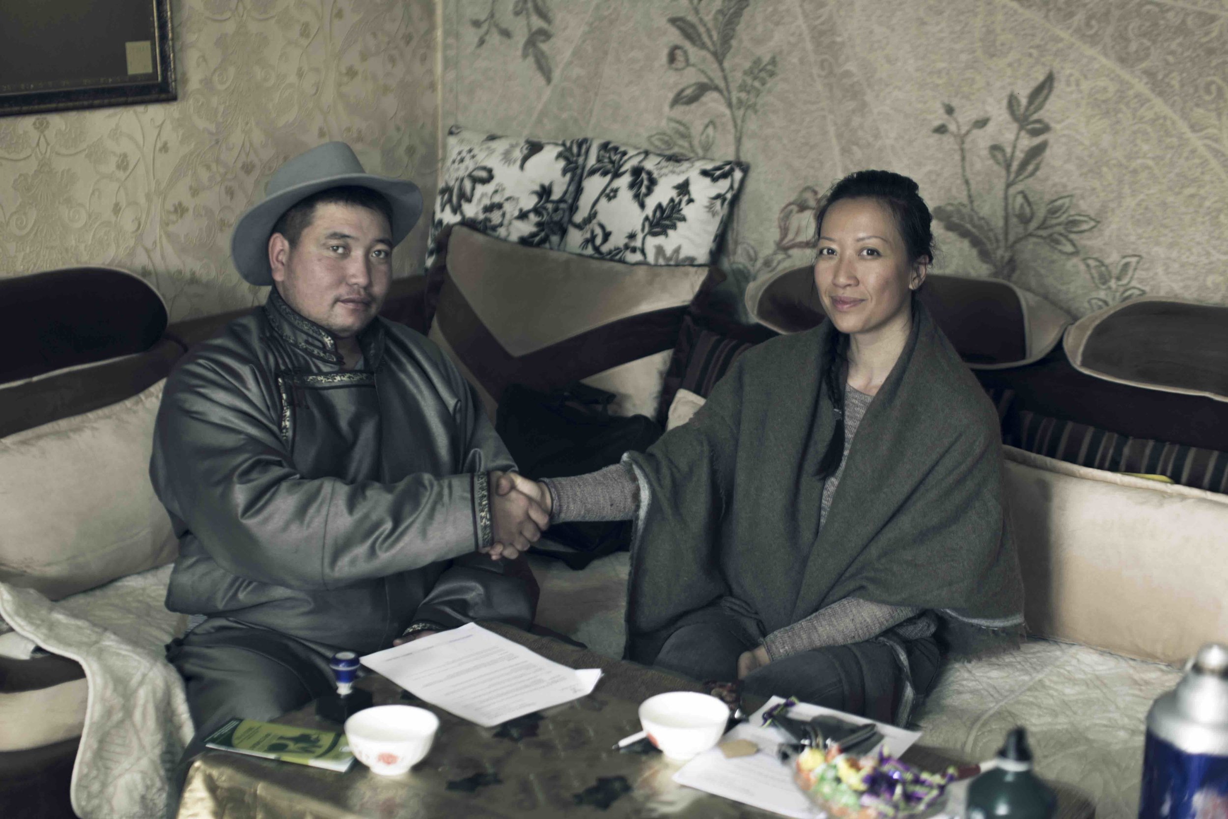 Nancy Johnston signs the contract with the leader of the cooperatives.Picture: Tengri.