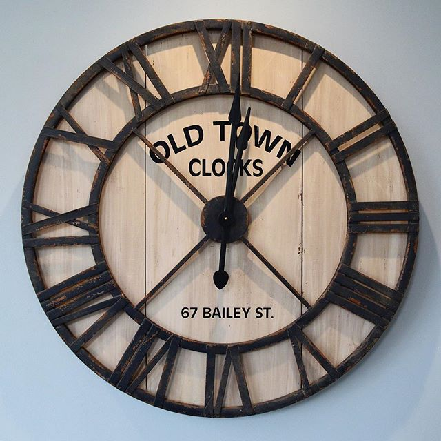 Old Town Clock adding to the rustic coastal feel of our latest project at Beadnell Point! Can't wait to share the rest of these pictures with you all... 😁 Xo