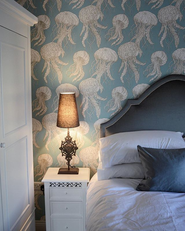 The only time I'll be ok with this many jelly fish being anywhere near me 🙊 love this #jellyfishbloom #wallpaper by @thibaut_1886 #annafrench #interiors #bedroomdecor #coastalretreat 💙