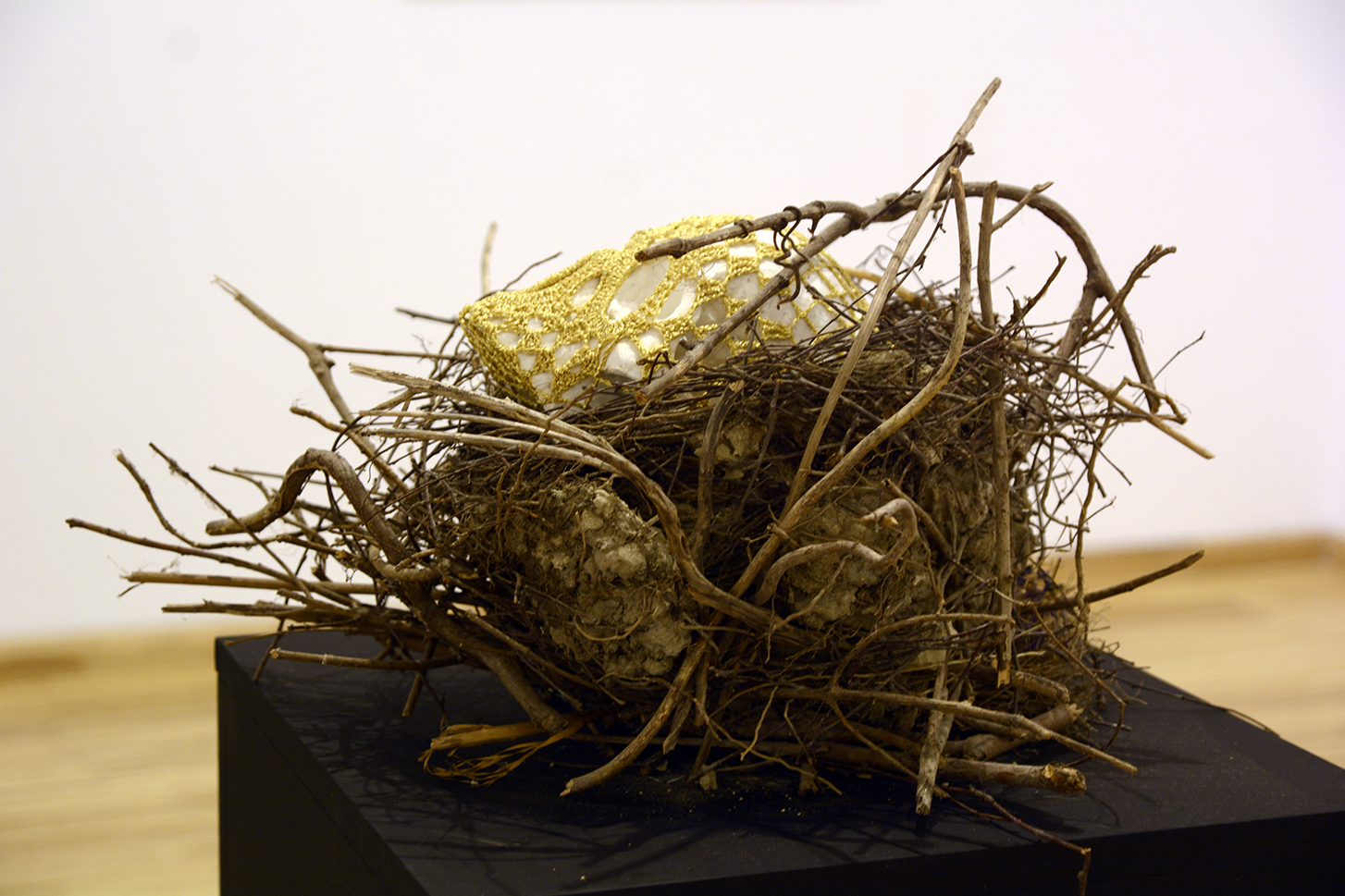 To make you warm / concrete, golden thread and nest / 2018