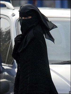 niqabi-woman-in-the-street.jpg