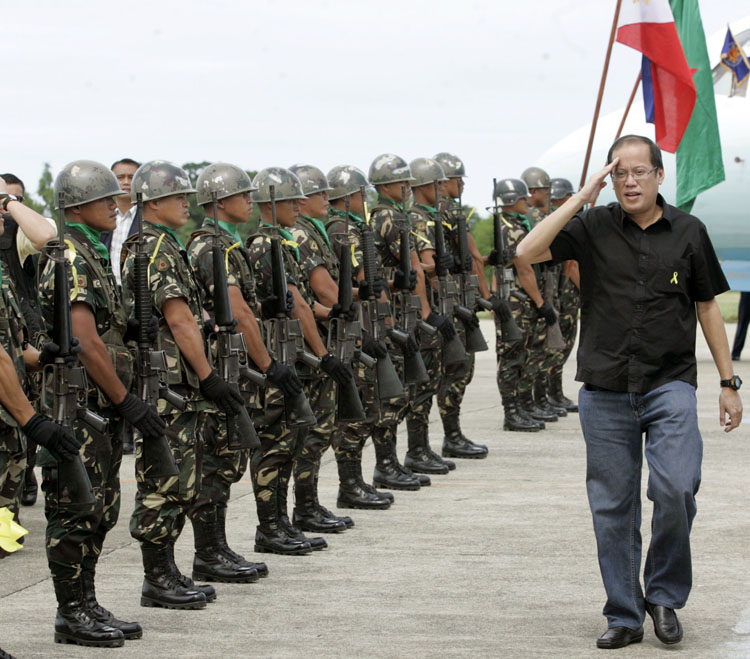 aquino_noynoy_troops.jpg