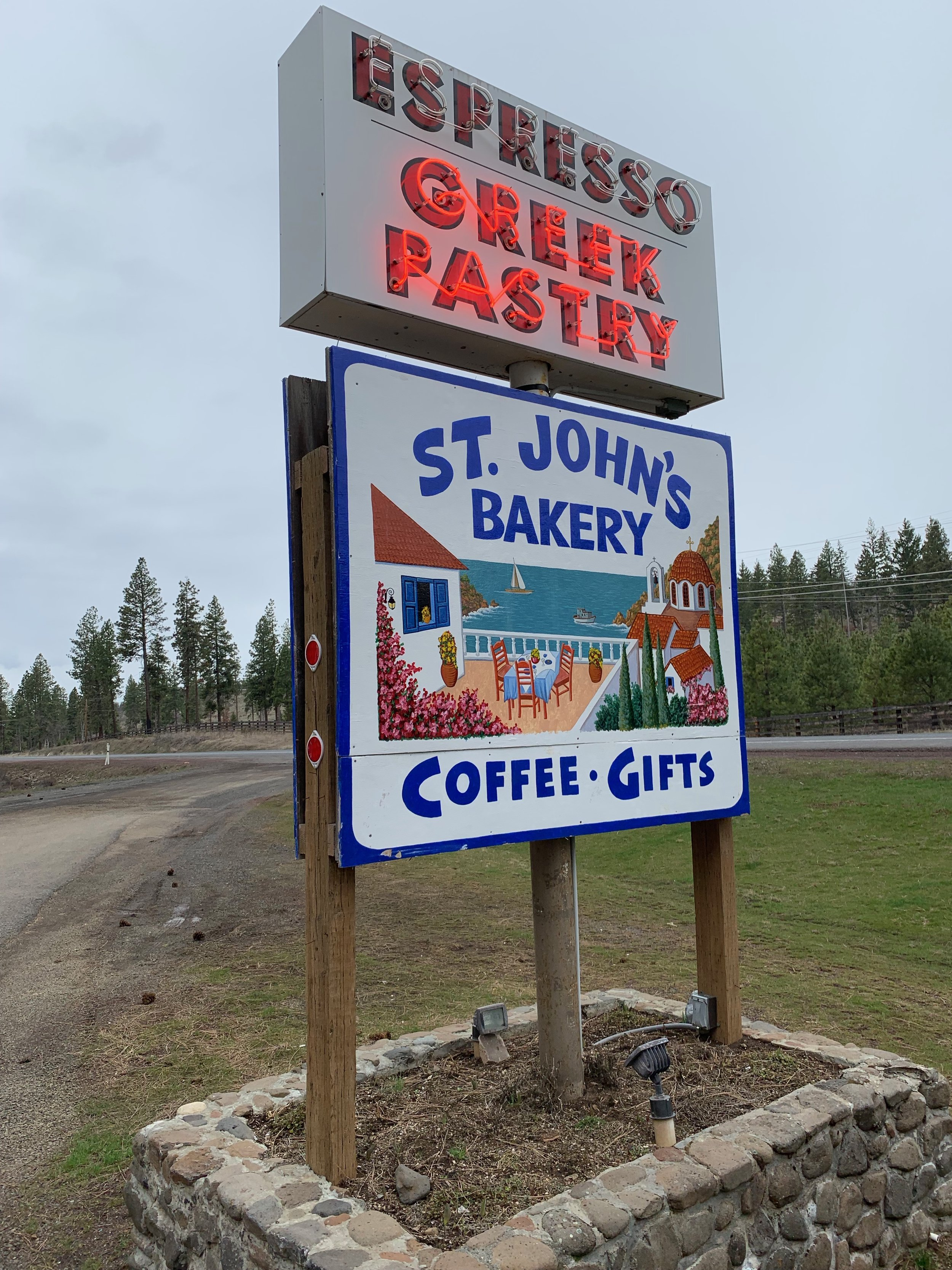 A road sign pointing to the bakery's entrance. Photo by Julia Duin.