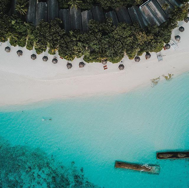 """Na wer findet uns? Wir sind dann mal weg. Wo? Im Paradies! Barfuss den ganzen Tag. Nur nette Menschen und so tolles wasser toller Strand. Ich fühl mich wie ausgeschnitten und in einen ReiseKatalog eingeklebt. Wor haben jetzt Urlaubshalbzeit und fühlen uns so langsam angekommen. Paula taut auch immer mehr auf und traut sich nun auch langsam auf dem wackeligen Untergrund """"Sand"""" zu laufen.  Foto: @nilshasenau  #barefootallday #reethibeachresort #paradies #island #maledives #nilshasenau #bluewater #farfaraway #holidays #vacation #paulaontour"""