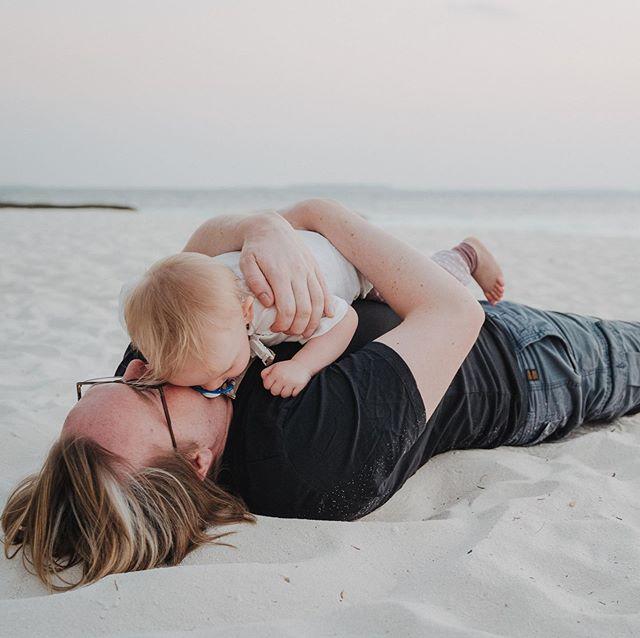 Diese zwei! ❤️❤️❤️ #herzensmenschen #lieblingsmenschen #hasenhaufen #kuschelzeit #paradiesisch #reethibeachresort #sunsettime #papaundpaulazeit