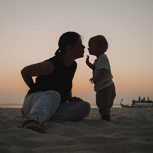 Das sind die guten Zeiten! Familie - zusammen - im Paradies - ohne sorgen - leider nicht ganz. Aber für ganz kostbare Augenblicke sind wir unbeschwert zusammen. Und diese augenblicke haben wir für immer. Zuhause ist es gerade schwerer und die gedanken sind ganz viel bei meinen lieben geschwistern und der familie im grossen. Und vielleicht macht diese schwere diese Augenblicke gerade hier noch wichtiger und wertvoller.  Foto @nilshasenau #liebe #paradies #unbeschwertheit #augenblicke #momentsovermountains #familienzeit #gedanken #traurigkeit