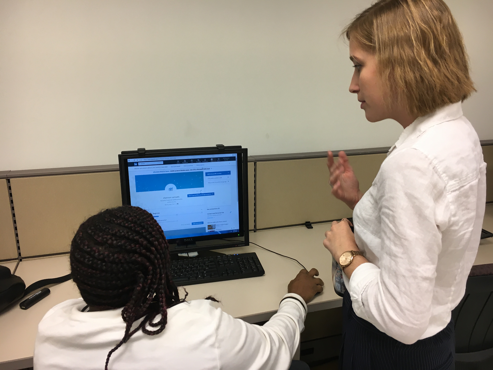 One of our Bronx fellows, Kate, assisting an America Works client with the creation of their own LinkedIn profile during one of our Career Exploration Workshops.