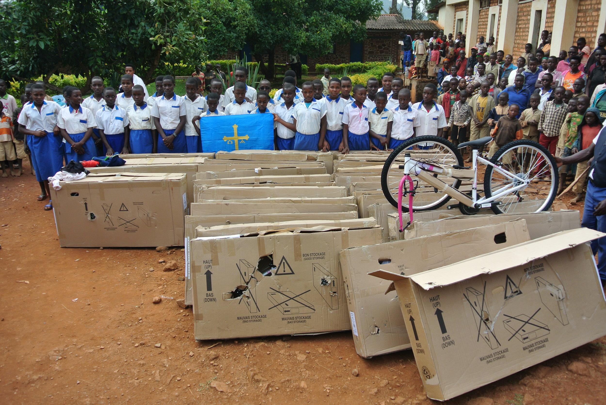 Las 34 niñas de la escuela de Ntita en el momento de recibir las bicicletas nuevas.JPG