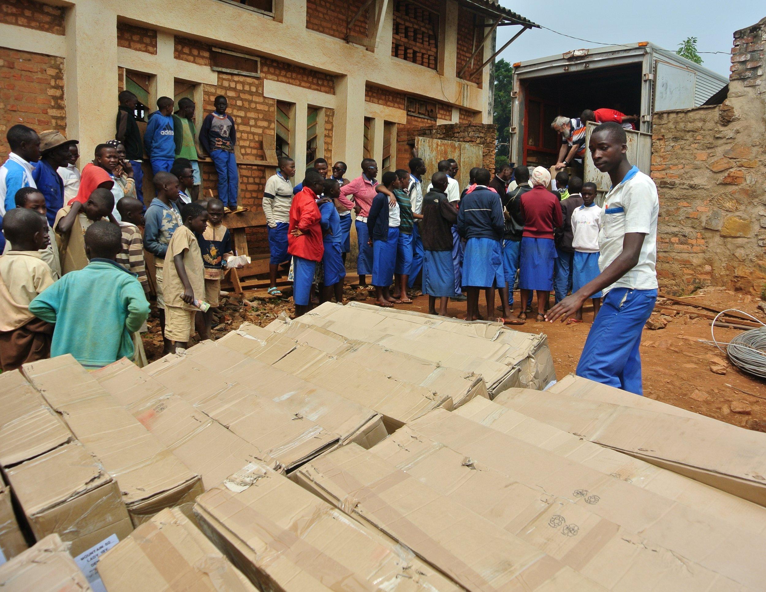 Descarga de la mercancía remitida por SOS Burundi.JPG