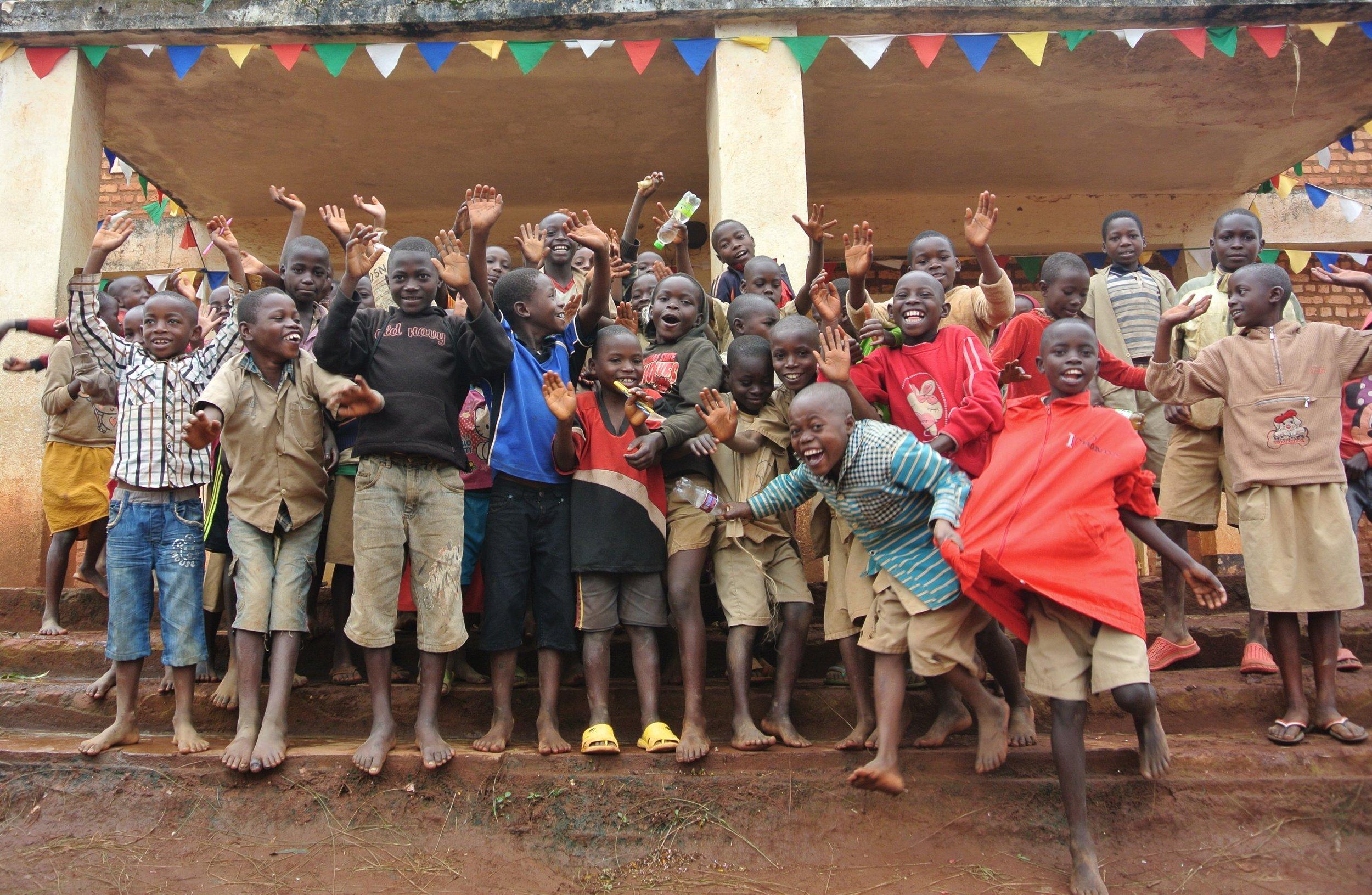 Niños de la escuela de Ntita donde SOS Burundi iniciará el próximo curso una serie de becas.JPG