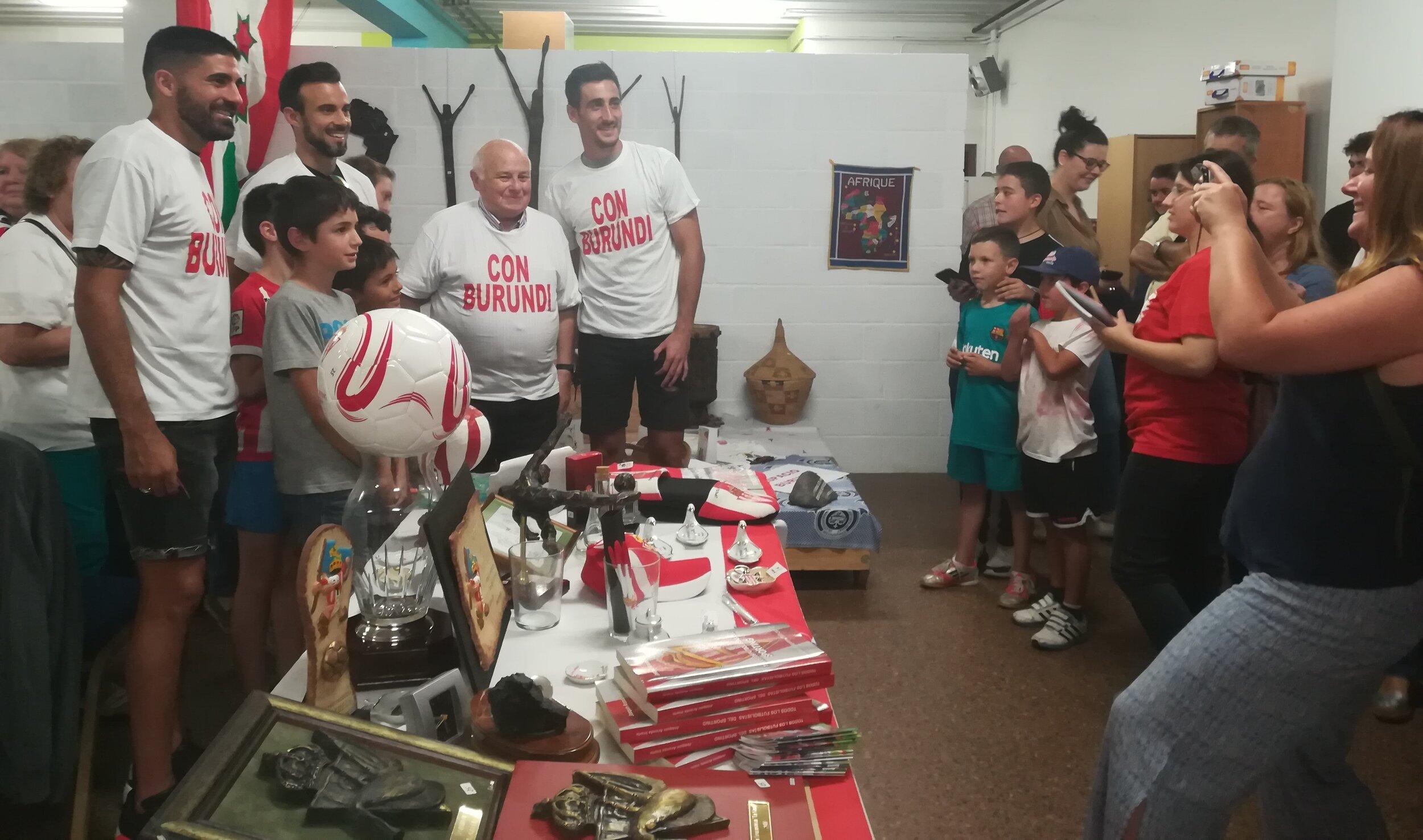 Carmona, Molinero y Mariño, en el mercadillo solidario el pasado sábado.jpg