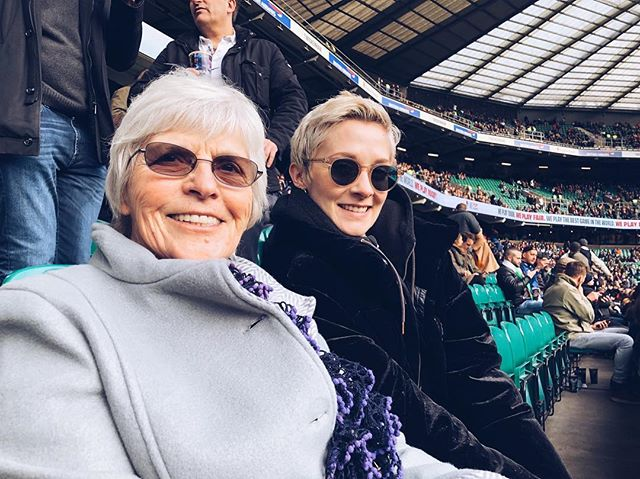 Sooo a rugby match is WAY calmer than a football match isn't it? Very civilised actually! My brother @lukepdfreeman and I took my Grandma to watch the England vs Italy game as a little surprise, she loves Rugby and had never been to a match, bless her! She turns 80 next month and what better way to start the celebrations 💃🏼 Thank you @guinness for this amazing gift, such a memorable experience for us! I definitely still don't know the rules to the sport but enjoyed cheering when everyone else did 🤷🏼♀️😂#GuinnessSixNations #GuinnessRugby #FreeGift