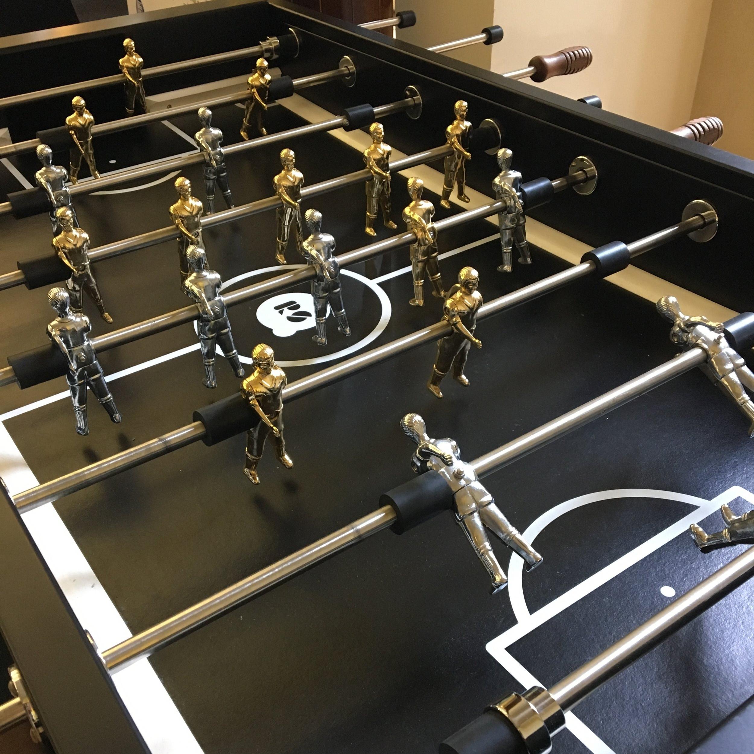 會場中有個有趣的桌上足球,黑色配上金銀,經典配色。