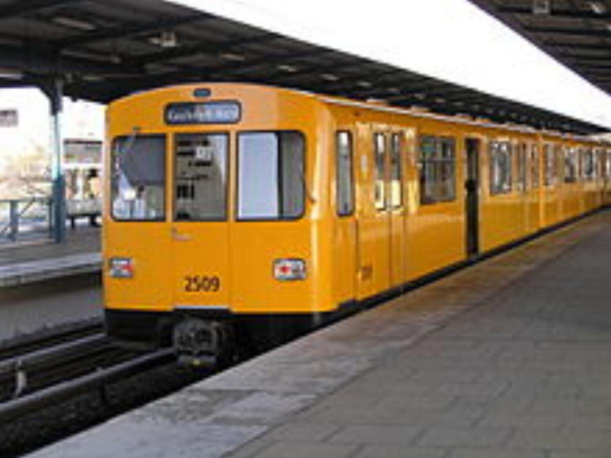 220px-Berliner_U-Bahn_nach_Kaulsdorf-Nord_(Baureihe_F74).jpg