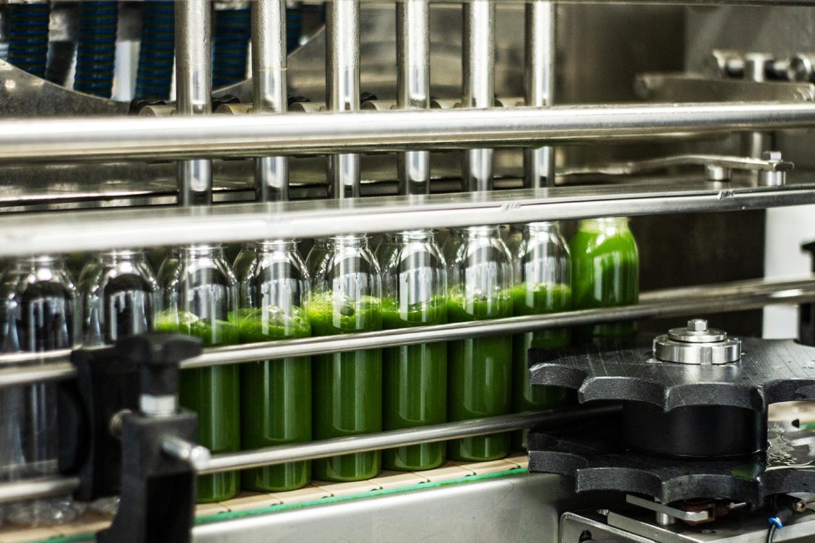 Die leeren Flaschen gelangen direkt zur Abfüllanlage.