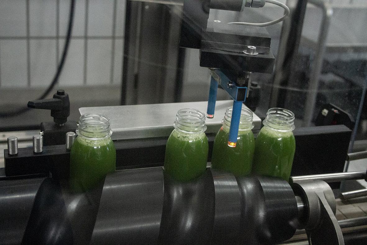 Nach der Befüllung, werden die Flaschen auf die richtige Füllmenge geprüft.