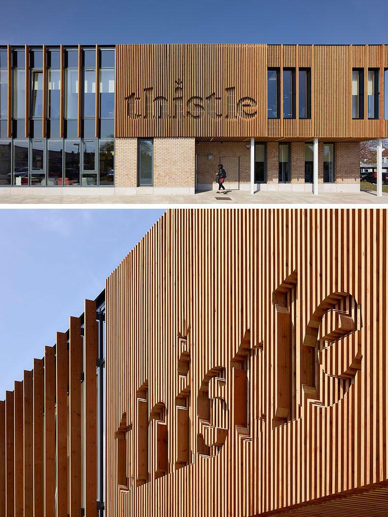 СПА център - Дървеното лого на фасадата на този СПА център е интегрирано в самата обшивка от вертикални дървени летви.