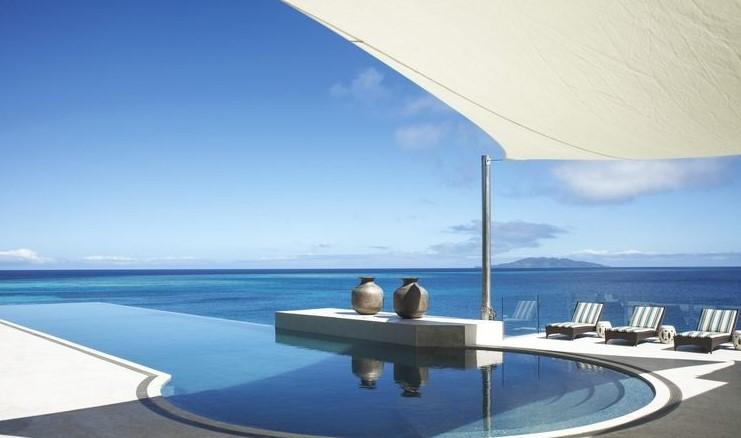 Живот на частен остров - В къщата на Джил и Дейвид Гилмър в частен остров във Фиджи, построена по проект на архитекта Тони Чи, инфинити-басейнът на покрива е покрит с мозайка от Бизаца. Шезлонгите са от Dedon, а мраморните градински столове са антични. Вечност...