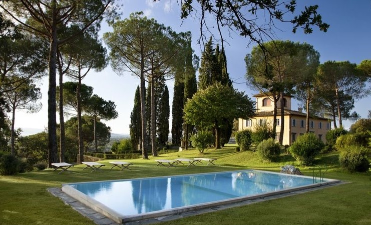 Лятната вила - Огромни борове, кипариси и лимонови дървета обикалят плувния басейн в градината на Вила Тавернакиа. Семейното имение на Карло Паллавачино в Тоскана е обзаведено с помощта на сестра му - Илария Миани, а ландшафтът е дело на Енцо Маргерити. Басейнът е рамкиран от местен сив пясъчник (pietra serena), а външното обзавеждане е отUnopiù.