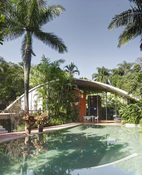 Съкровище от 70-те - Бразилският архитект Маркос Акаяба проектира тази напредничава и прогресивна за времето си къща през 1975-та. Покривът, басейнът и стълбите са от бетон, а заобикалящите градини са по проект на Марлене Акаяба.