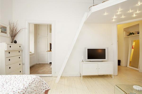 Свежо от Стокхолм - Малък, удобен и светъл, този апартамент в Стокхолм ще ви остави нотка свежест и може би ще ви даде малко вдъхновение за това как да украсите малък апартамент. Апартаментът с площ от 38 квадратни метра се отличава с красиви, светли цветове, както и с кухненски бокс с достатъчно място за съхранение. Два прозореца предават цялата нужна светлина наинтериора: един в спалнята и в другв кухнята.