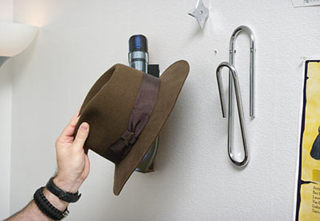 Кламер - Използвайте силата на хартиениякламер, за да държите палтата или шапките си, хванати здраво за стената.
