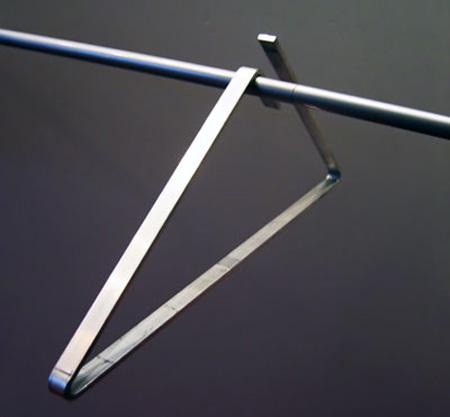 Футуристична - Hang On е продукт, който се откроява и може да се използва за окачване на всичко от фланелка и дънки до тежко зимно яке.