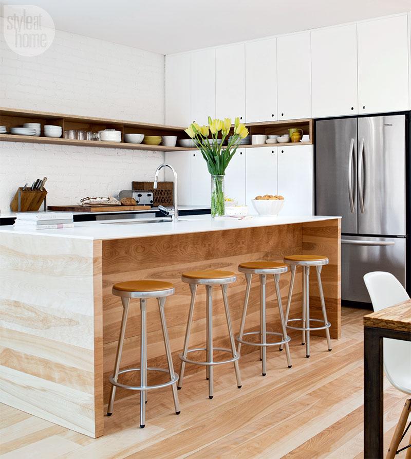 Tенденцията през 2018 г. ще бъде смесването на естественото дърво, боите и металите в кухнята. Опитайте да оформите аспиратораи острова в хром, за да добавите отблясъци в пространството. Добавете текстура към вашите шкафове със смес от лекдървесен фурнири бяла лакирана горна част.