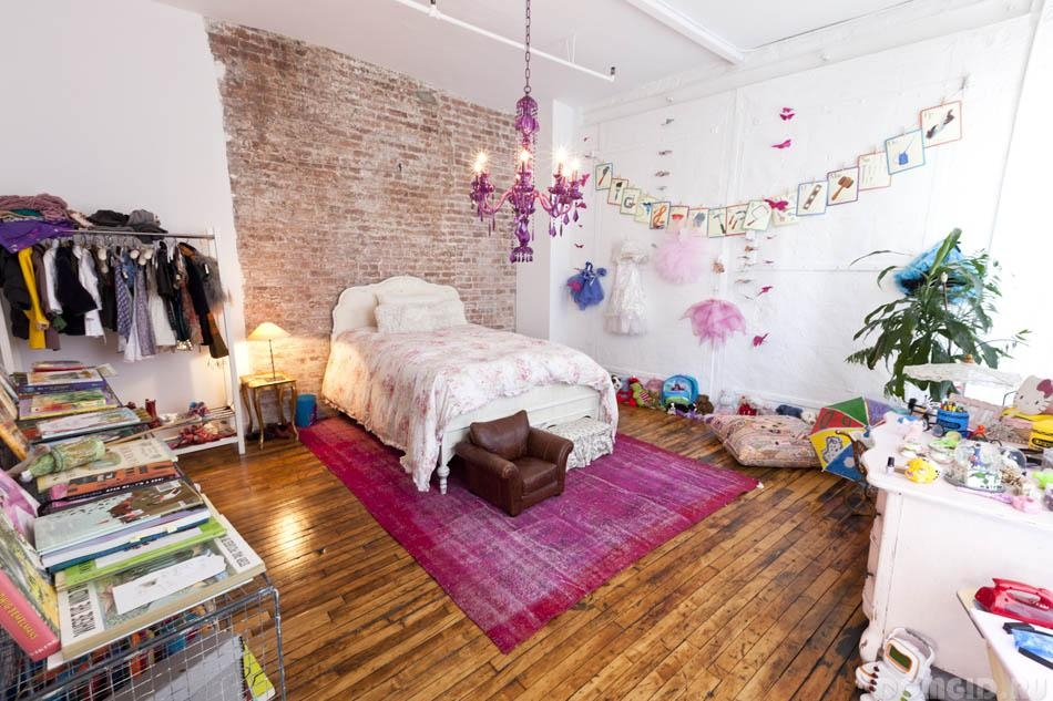 Тухлена стена - стая момичета