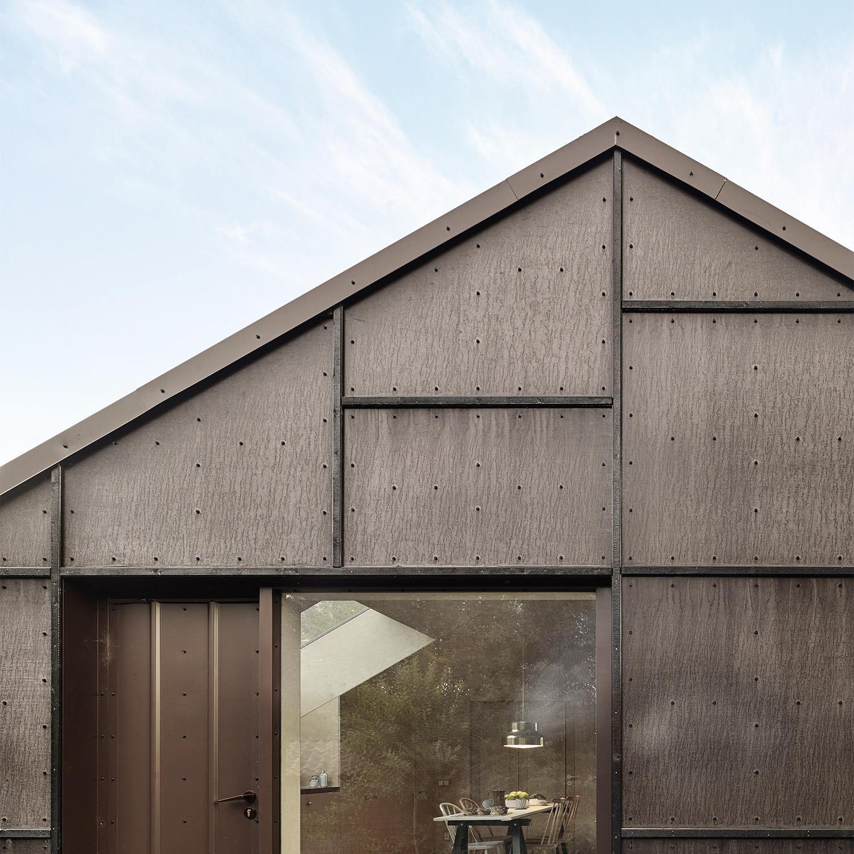 Kaggeboda, fritidshus i Roslagen. Tre byggnader klädda helt i plywood både ut- och invändigt.