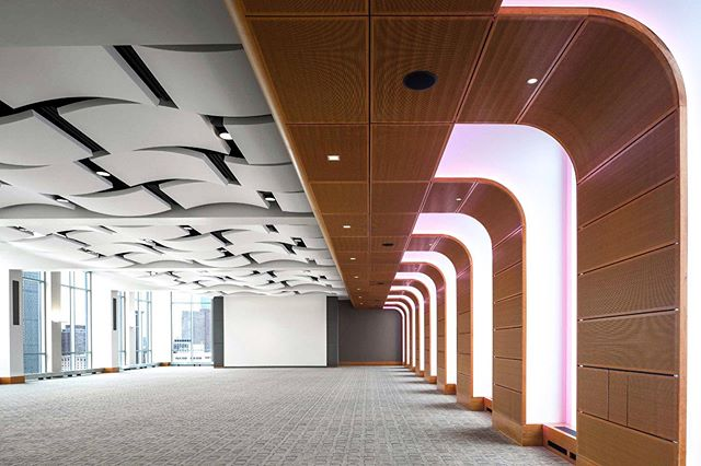 🎓 Northeastern's East Village event space has curved white acoustical panels and perforated wood panels that reduce reverberation and improve speech intelligibility for all who enter. The AURA acoustical panels have aluminum edges, 0.90 NRC, and the shortest lead times in the industry ⏳ ————————————————— Project: East Village, Northeastern University, Boston MA Architect: DiMella Shaffer (@dimellashaffer) Ceiling Product: AURA acoustical panels as APTUS suspension by Sky Acoustics, and perforated wood panels. ————————————————— 📨📞 Contact Design Strategies for pricing, details, and samples: @designstrategies